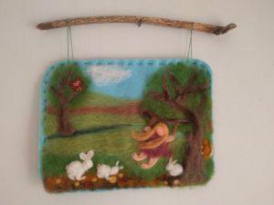 ילדה מתנדנדת על נדנדת עץ עם ארנבים וינשוף